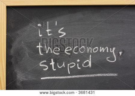 It\ ist die Wirtschaft, dumm handschriftlich auf blackboard