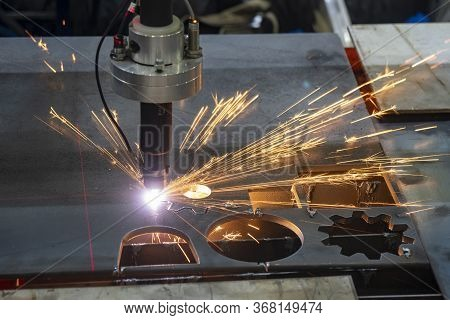 The  Profile Gas  Cutting Machine Cut The Sheet Metal  Plate With The Laser Guide  Technology.  The