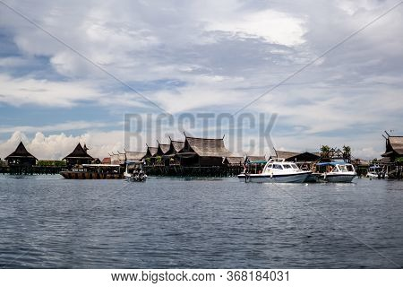 Mabul Island, Sabah, Malaysia - August 08, 2018: A Row Of Beautiful Chalet On The Blue Ocean With Th