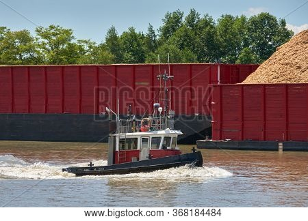 Fraser River Tugboat And Barge. A Tugboat Working On The Fraser River In British Columbia, Canada Ne