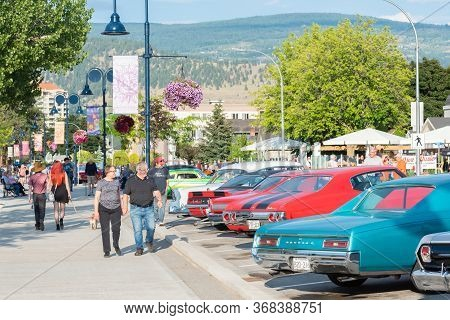 Penticton, British Columbia/canada - June 21, 2019: People Walk Along Lakeshore Drive During The Fir