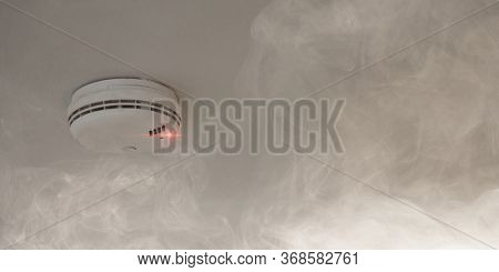 Smoke detector on the ceiling reports smoke and fire as a fire protection concept