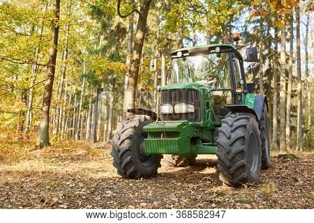 Forestry tractor or forestry tractor for harvesting wood in the forest
