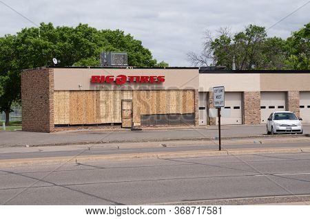 Minneapolis, Minnesota - May 29, 2020: A Big O Tires Tire And Automotive Repair Shop Is Boarded Up I