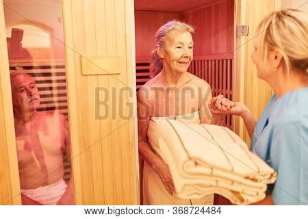 Seniors are cared for in the sauna of the senior citizen's home by Pflegehilfe
