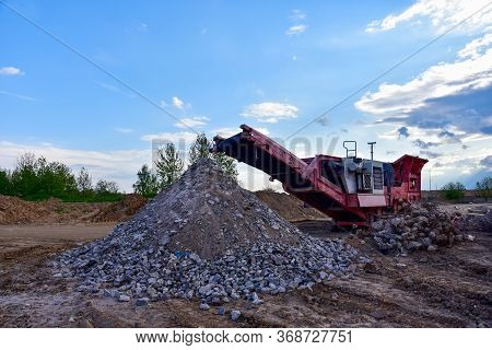 Mobile Stone Jaw Crusher Machine For Crushing Concrete Into Gravel And Subsequent Cement Production.