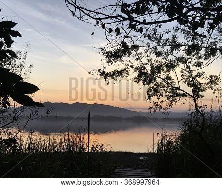 Vista Para Lagoa Da Ibiraquera, Praia Do Rosa, Santa Catarina, Brasil. Por-do-sol Lindo.