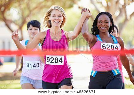 Zwei weibliche Läufer beendet Rennen zusammen