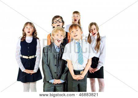 Grupo de niños cantando en el coro de la escuela. Aislado en blanco.