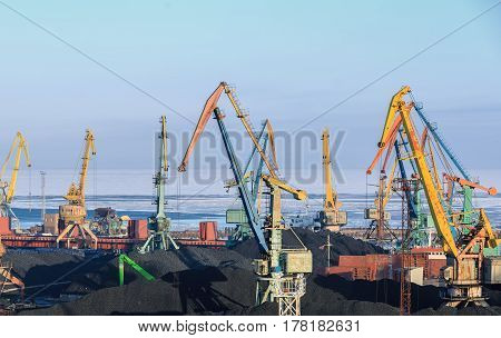 Gantry cranes is overloading the coal in the port on ships