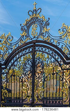 Grill the Catherine Palace with a gilded pattern.