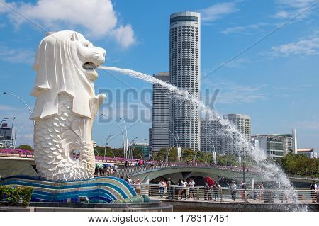 Singapore-mar 21: Unidentified Tourist Group Visit Singapore Landmark Merlion View With Marina Bay S