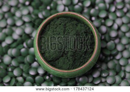 Ground spirulina and spirulina in pills - beauty treatment