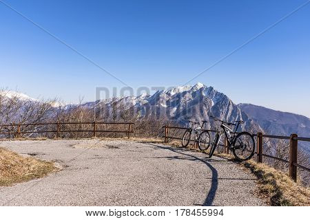 Mountainbike on Monte San Simeone with Monte Chiampon in the background