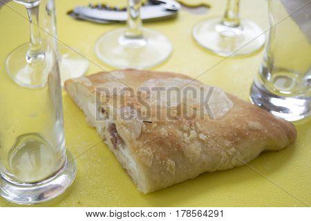 Calzone la tipica pizza piegata ripieno di mozzarella e prosciutto crudo