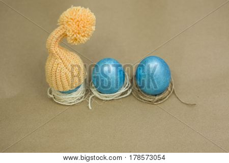 To paint eggs in bright colors in the spring and the Easter holiday.