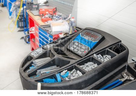 Garage, equipment for mounting and balancing wheels of cars