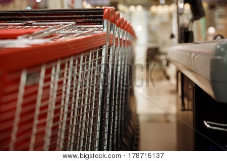 Photo a lot of shopping trolleys in supermarket