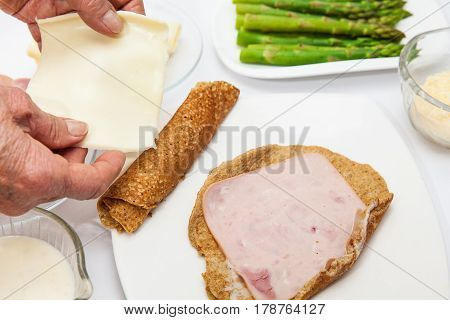 Quinoa crepes preparation : Filling the quinoa crepes with cheese and ham