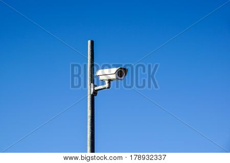 Laterally camera on a post in bue sky .