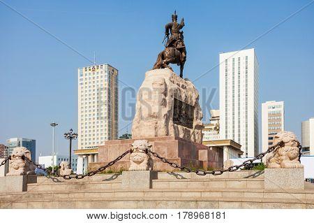 Damdin Sukhbaatar Monument, Sukhbaatar
