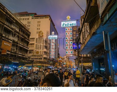 Bangkok/thailand - 24 May 2019 : Unacquainted Thai People Or Tourist Walking In Bangkok China Town T