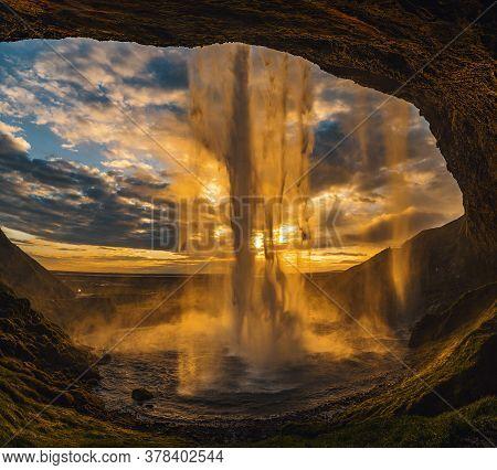 Photo Behind Seljalandsfoss Waterfall In Iceland Sunset On Summer