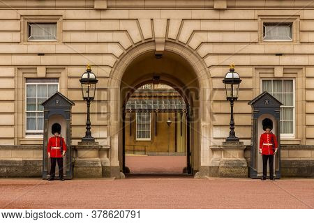 London, United Kingdom - ‎june ‎24, ‎2018: Two Soldiers Of Queen's Guard Standing At The Entrance To