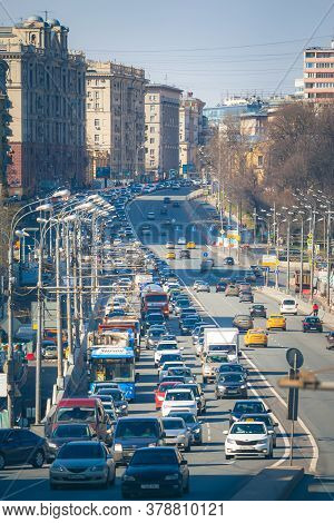 Moscow - April 29, 2017: Traffic Congestion On Zemlyanoy Val Street. It Is A Part Of Garden Ring - A