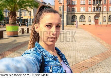 Making Picture. Pretty Female Taking Fun Self Portrait Photo. Happy Young Girl With Phone Smile, Typ