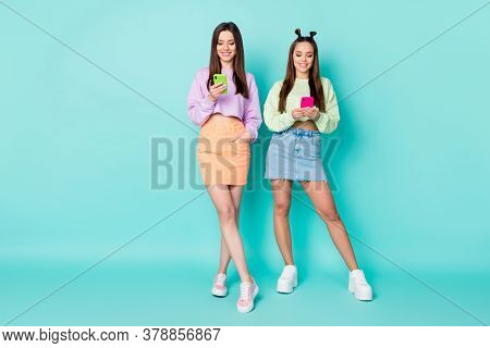 Full Length Photo Of Two Sisters Ladies Hold Telephone Hands Chatting Boyfriends Good Mood Wear Crop