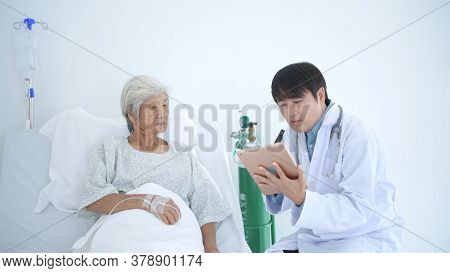 Medical Concepts. The Doctor Is Explaining The Treatment Information In The Patient. 4k Resolution.