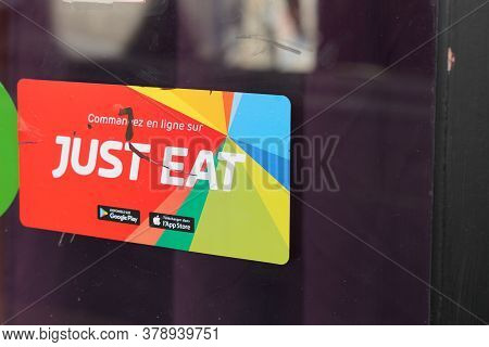 Bordeaux , Aquitaine / France - 07 25 2020 : Just Eat Sign Logo On Restaurant Windows Of Home Applic