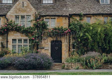 Broadway, Uk - July 07, 2020: Facade And Front Garden Of A Traditional Limestone House In Broadway,