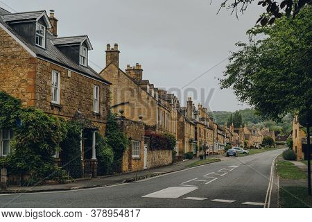 Broadway, Uk - July 07, 2020: View Of The High Street In Broadway, A Historic Village And Civil Pari