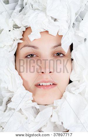 ll-Frau mit Papiertaschentücher