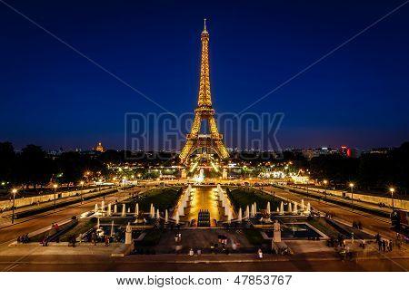 Torre Eiffel y el Trocadero Fontains en la noche, París, Francia