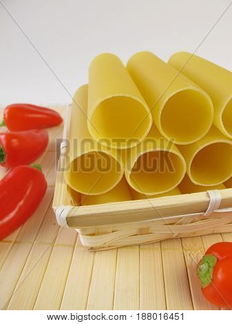 Cannelloni in small basket and bell pepper