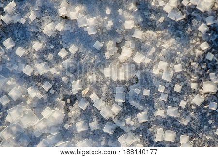 Кристаллы природной соли на берегу озера крупным планом. Соленое озеро Эльтон