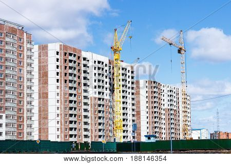 Building a multi-storey building with a tower crane