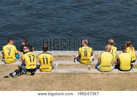 Bvb Fans / Borussia Dortmund Fans Wearing Tricots And Sitting On River Spree In Berlin