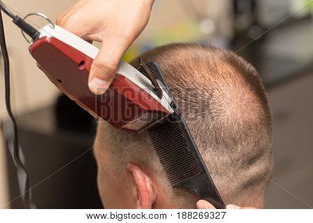 Men's haircut at the beauty salon machine .