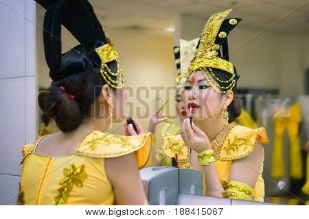 actress in the backstage making up near the mirror