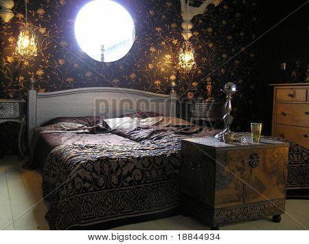 Fotografia de um quarto de mestre muito elegante e extraordinário projetado de acordo com feng shui orientações