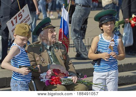 MOSCOW, MAY 9, 2010: Veteran solder with children on celebration of Great victory 65th anniversary in Gorky Park. USSR victory in Second World War. 9 May Victory day