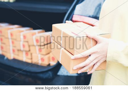 Employees are holding a parcel in the car to send to the customer. Online ordering For the convenience of customers.