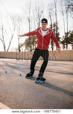 Rollerskater, rollerskating trick exercise in park
