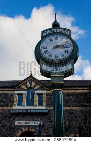 Betws Y Coed, Uk - Feb 2, 2019: A Public Time Clock Stands Outside The Main Entrance To Betws Y Coed