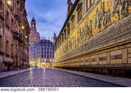 Dresden Deutschland Mit Fürstenzug Und Frauenkirche Am Abend