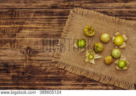 Scattered Edible Physalis With Dry Husk
